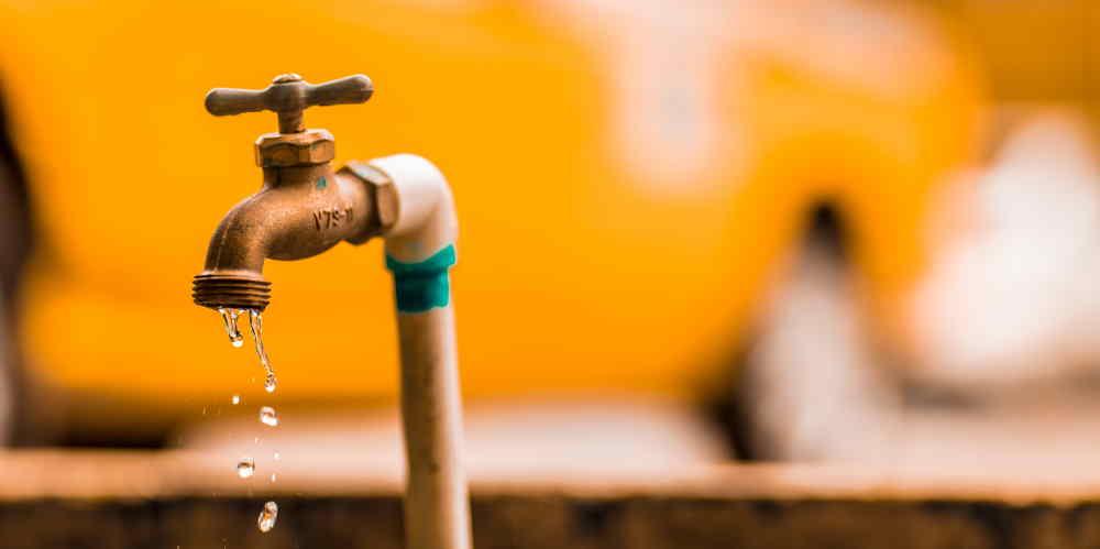 Kontrola szczelności rur węży i złączek - 35 Sposobów Oszczędzania Wody w Domu i Mieszkaniu