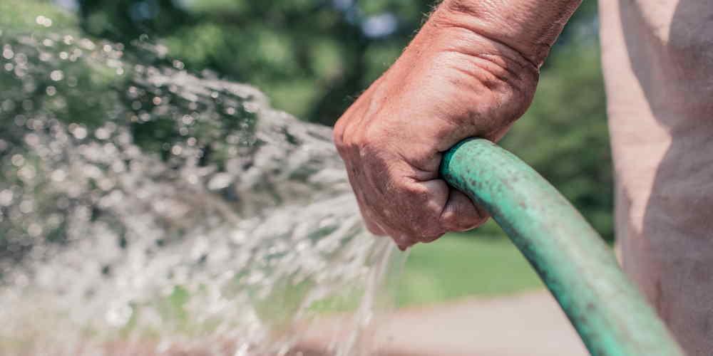Podlewaj ogródek ręcznie - 35 Sposobów Oszczędzania Wody w Domu i Mieszkaniu
