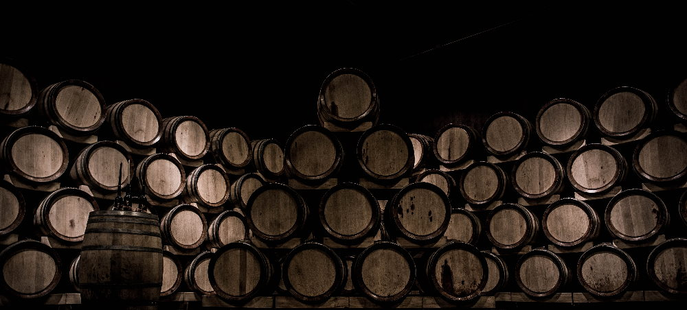 kolekcjonerskie beczki wina składowane w piwnicy
