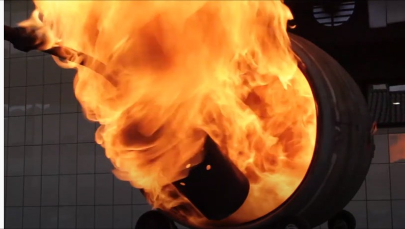 Wypalanie beczek dębowych do leżakowania dla whisky